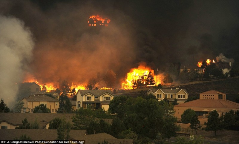 Огненный шторм несется через Колорадо.