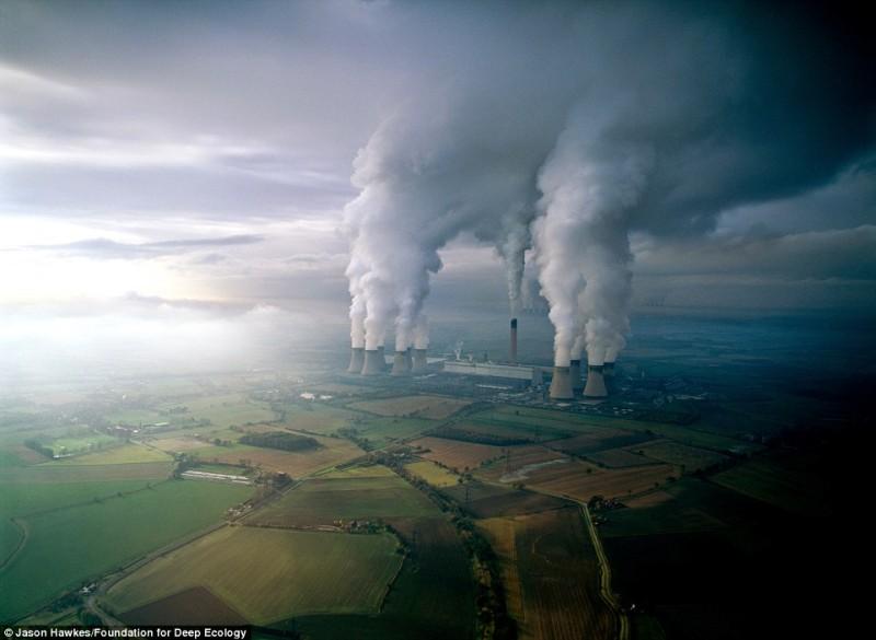 Электростанция бурого угля загрязняет воздух своими выбросами.