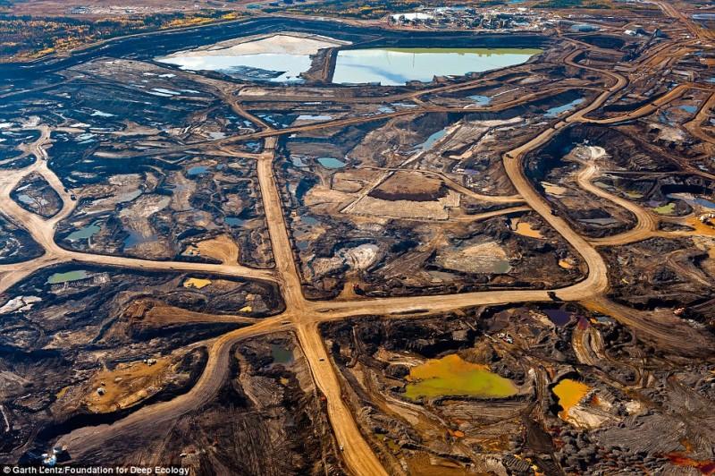 Следы, оставленные от добычи нефтеносных песков в канадской провинции Альберта.