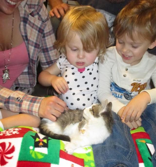 Картинки по запросу малышке с ампутированной рукой подарили котенка