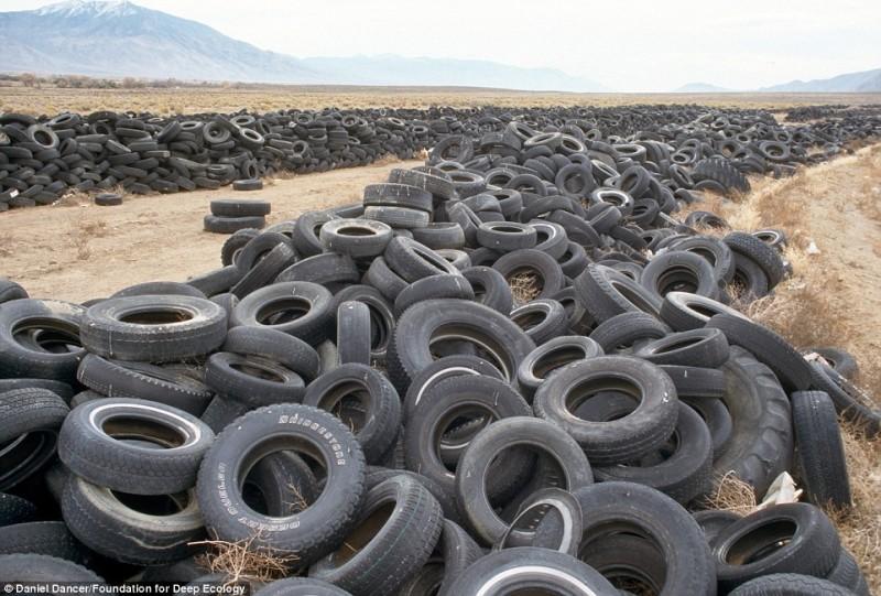 Свалка изношенных шин в пустыне Невада.