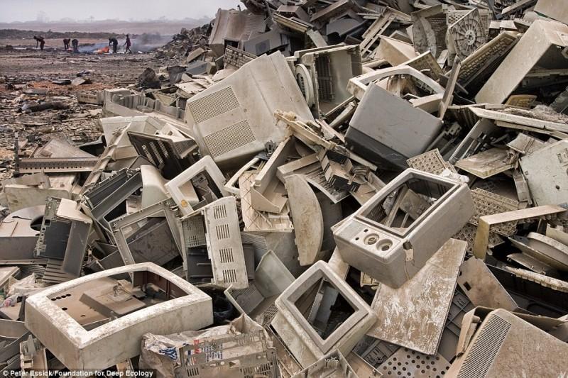 Буквально тонны сломанной техники оказываются в развивающихся странах.
