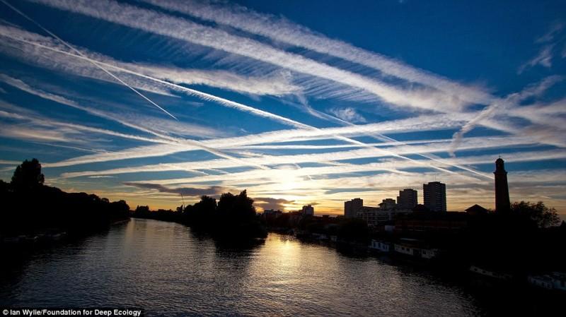 Чрезмерный самолетный трафик над Лондоном.