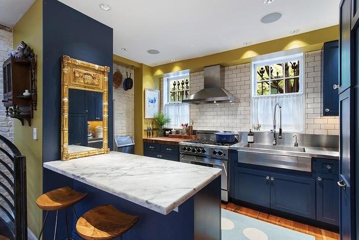 Синяя кухня для любителей классики