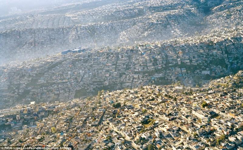 Вид на густозаселенный Мехико (более 20 миллионов жителей).