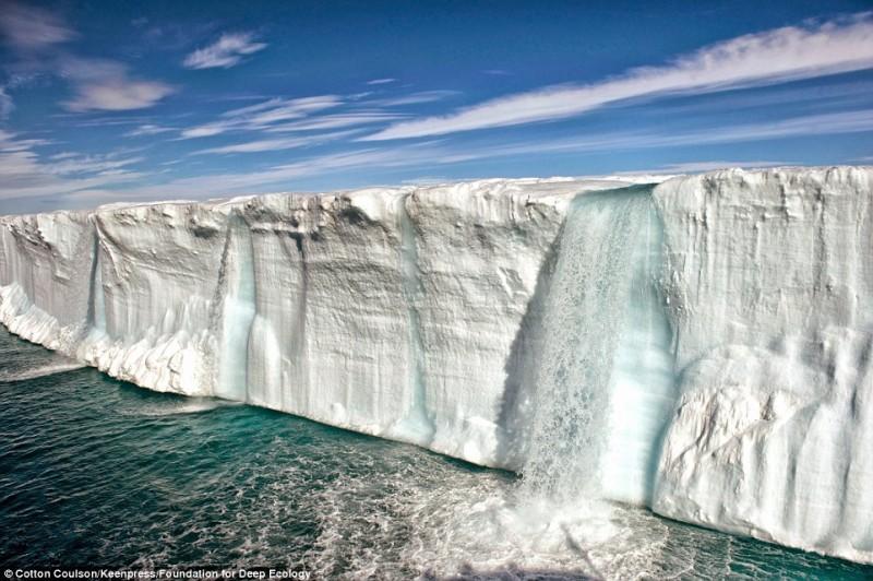 Массивный водопад из тающего ледника.