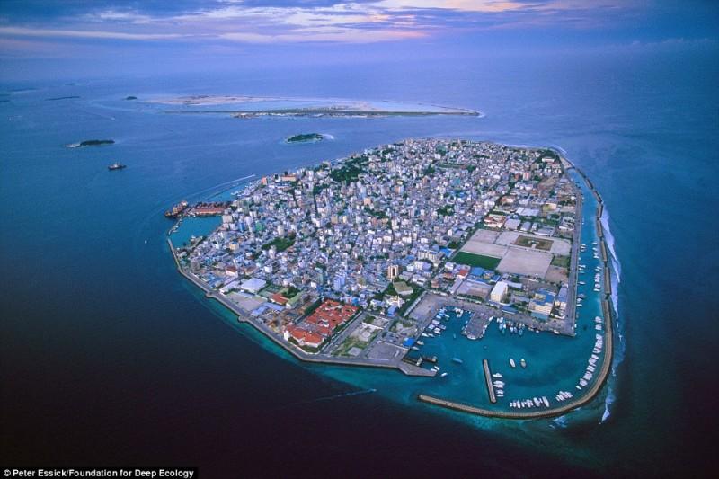 Мальдивы, популярный курорт, под угрозой постоянно поднимающегося уровня океана.