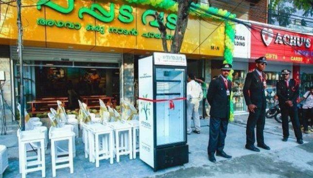 Хорошие новости из Индии: ресторан установил холодильник, где бездомные могут брать себе еду (Фото)