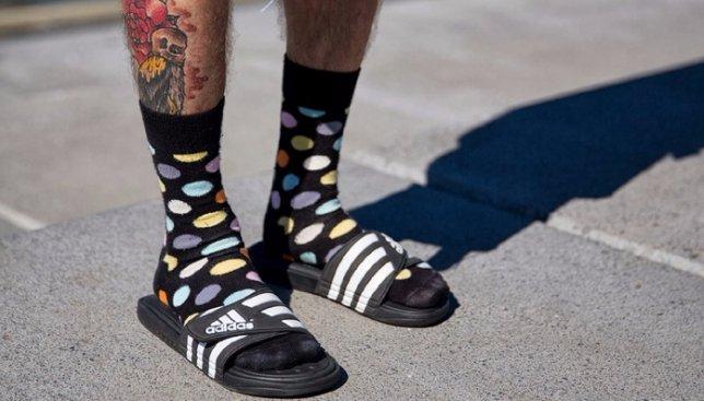 Безумный тренд: мужчины теперь спокойно могут носить носки под сандалии