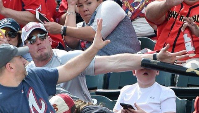 Как мужчина спас сына от бейсбольной биты и стал в итоге звездой интернета