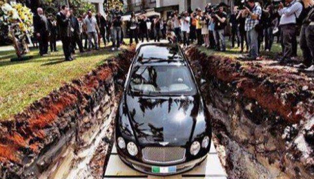 Экстравагантный поступок бразильца: почему он решил похоронить свой автомобиль Bentley