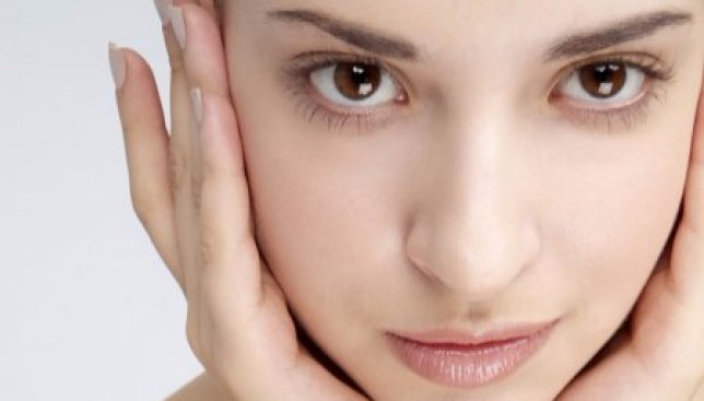 Новый тренд: почему все больше современных женщин предпочитают не наносить макияж (Фото)
