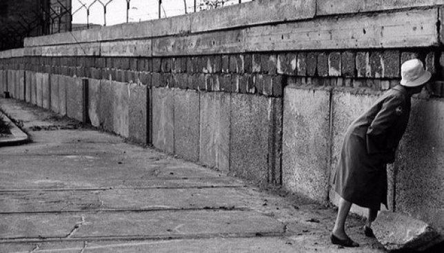 В Киеве есть фрагмент той самой Берлинской стены: он охраняется, но доступен для просмотра