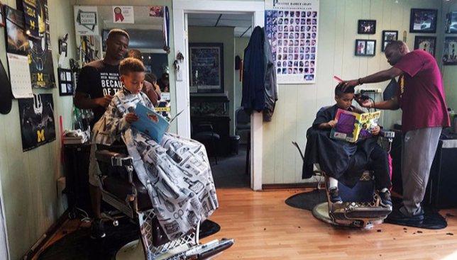 Необычные парикмахерские в США: почему дети читают книги во время стрижки (Фото)
