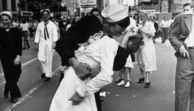 25 фотографий самых известных поцелуев во время войны в XX веке