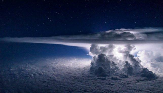 Небо во время грозы: фотографии, сделанные летчиком на высоте 11 тыс. метров