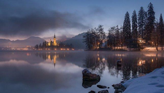 10 фотографий красивого зимнего озера в Словении: увидеть его приезжают миллион человек в год