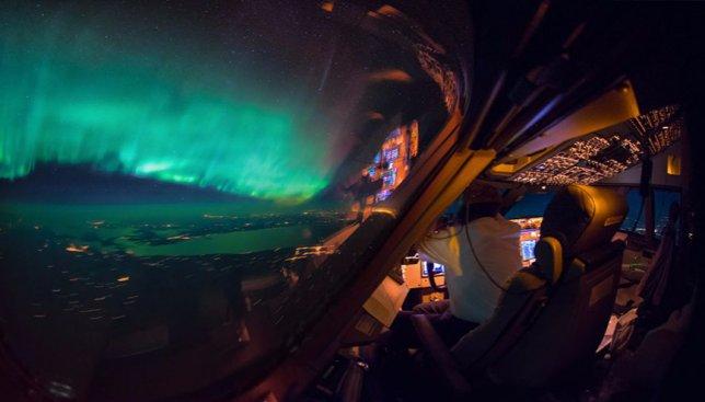 21 фотография звездного неба, сделанная из кабины пилотов