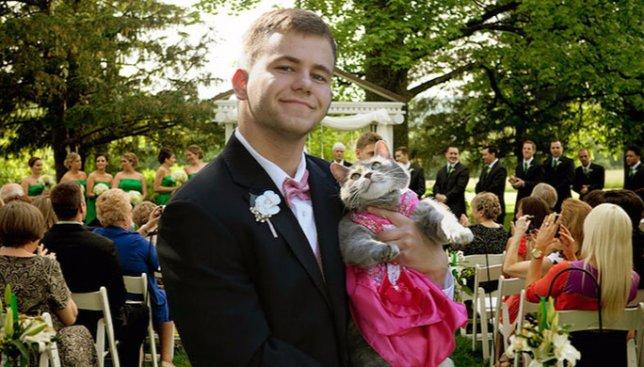 Курьезная новость: парень взял на выпускной бал своего кота, вместо девушки (Фото)
