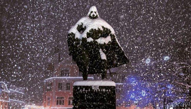 Курьезная новость: памятник Дарту Вейдеру был обнаружен в Польше во время сильного снегопада (Фото)