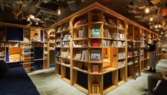 Ночь мечты: в Токио откроют отель, где посетители будут спать среди 5000 книг (Фото)
