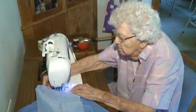 Бабушка-герой: каждый день она шьет платья для нуждающихся детей (Фото)