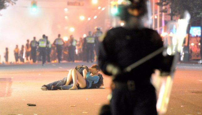 Самый известный поцелуй во время забастовок: что случилось с парой через 5 лет (Фото)