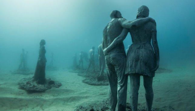 15 фотографий подводного музея с реалистичными человеческими фигурами