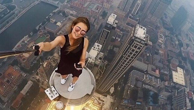 13 фотографий девушки, которая делает селфи на невероятной высоте