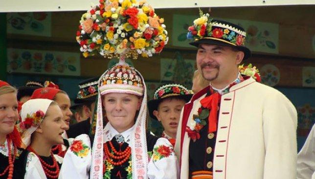 21 свадебная фотография из разных стран мира, где молодожены одеты в национальные костюмы