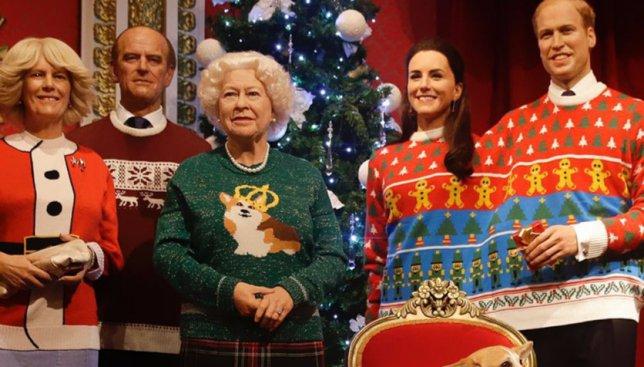 Королеве можно все: в каких смешных рождественских нарядах предстала ее семья (Фото)