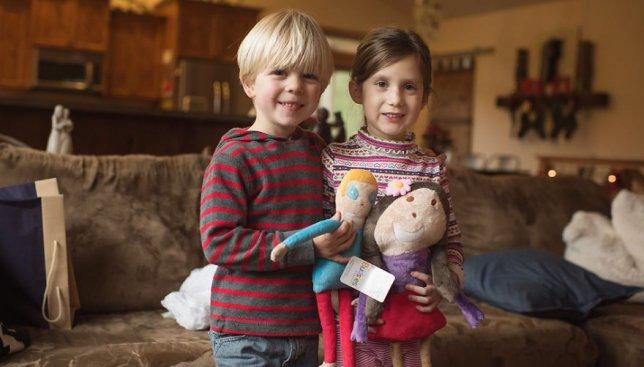 Детские фотографии: как мальчик подарил девочке счастье в больнице