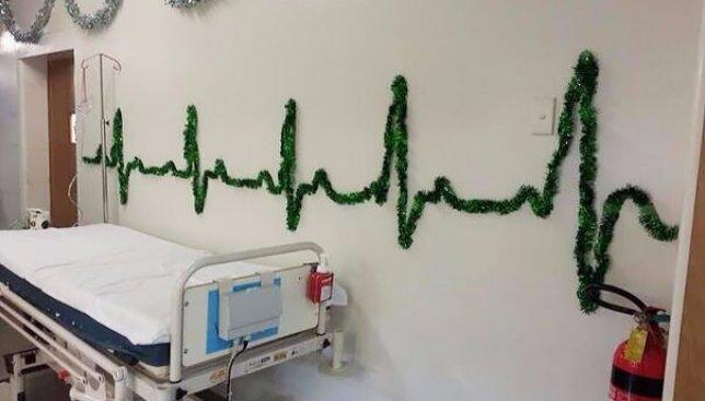 Новый год с юмором: в больнице ставят елки из презервативов и Деда Мороза из скелета