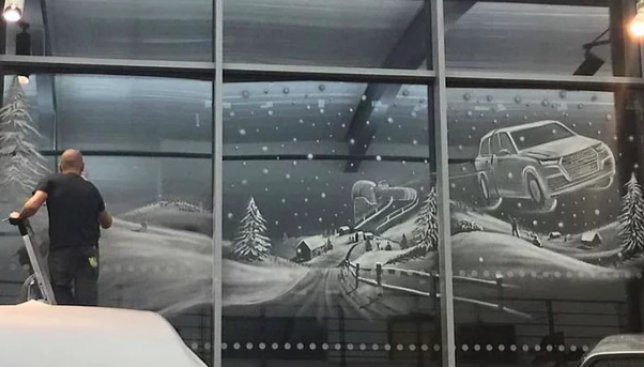 Мужчина создает невероятной красоты рисунки на окнах с помощью снега