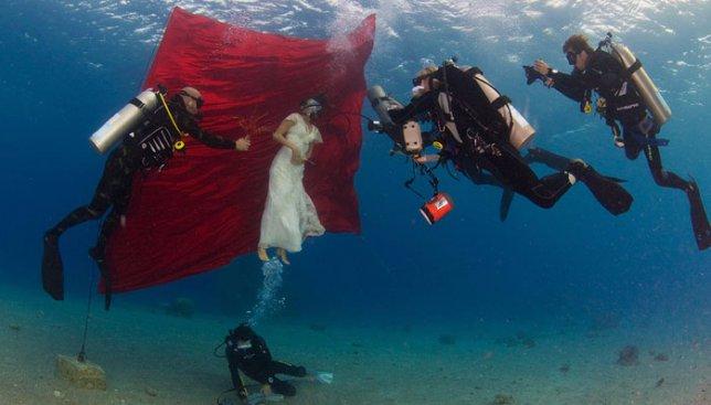 28 фотографий, доказывающих, что ради красивых свадебных снимков люди готовы буквально на все