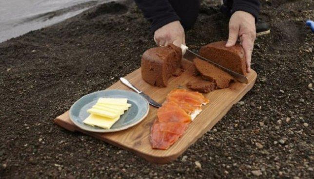 Необычный деликатес: какой на вкус хлеб, испеченный на вулкане (Видео)