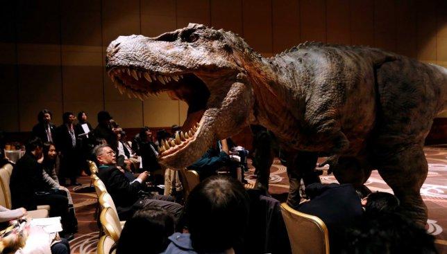 Японцы опять впечатляют: они создали роботов-динозавров и выпустили на публику (Видео)