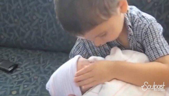 Милое видео: как знакомились старшенькие дети с младшенькими