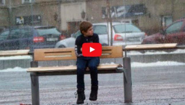 Социальный эксперимент: помогут ли люди мерзнущему мальчику на улице (Видео)