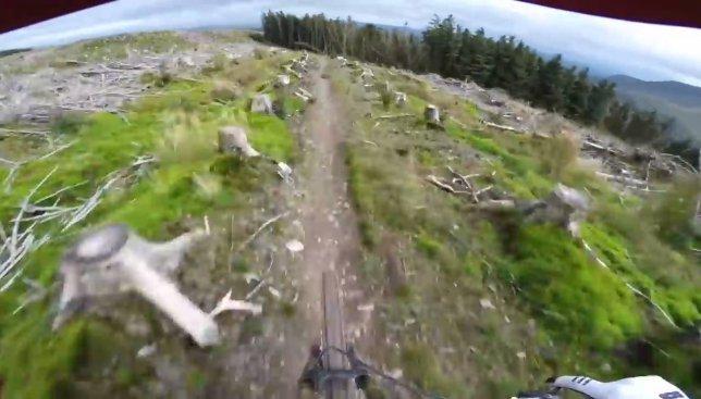 Адреналин зашкаливает: как выглядит скоростной спуск по скалистой местности (Видео)