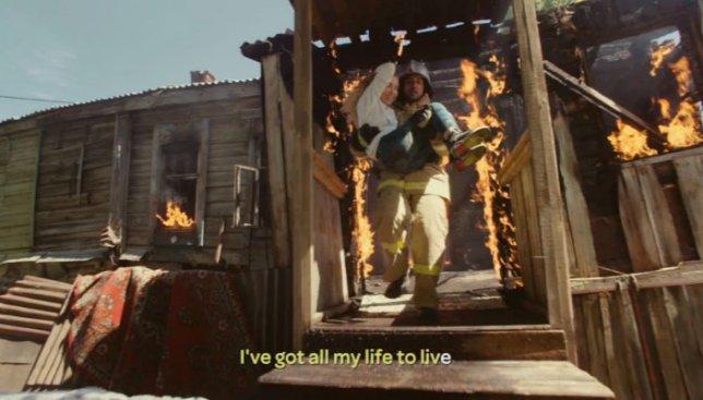 Ради клипа она и в горящую избу вошла и пожарную машину остановила
