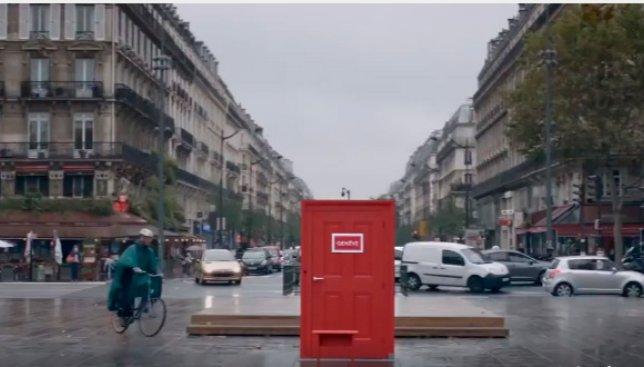 В Париже установили двери, через которые можно попасть в другие города