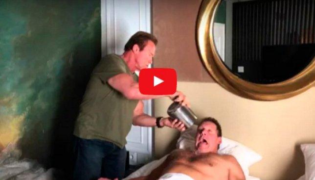 Как правильно будить человека: мастер-класс от Арнольда Шварценеггера (Видео)