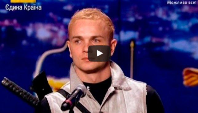 Сегодня день шпагоглотателя: как парень поразил таким талантом весь мир (Видео)