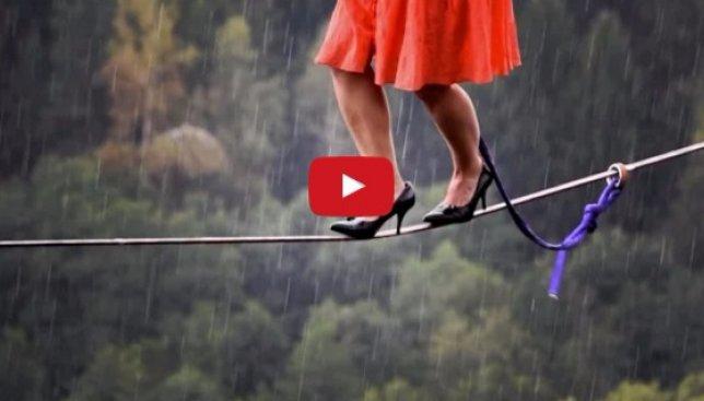 Самые сумасшедшие поступки людей: по канату на каблуках и другие странности