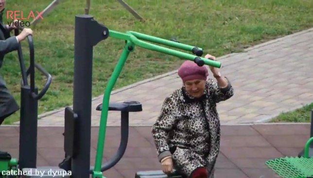 Как правильно заниматься на уличных тренажерах демонстрируют пожилые бабульки