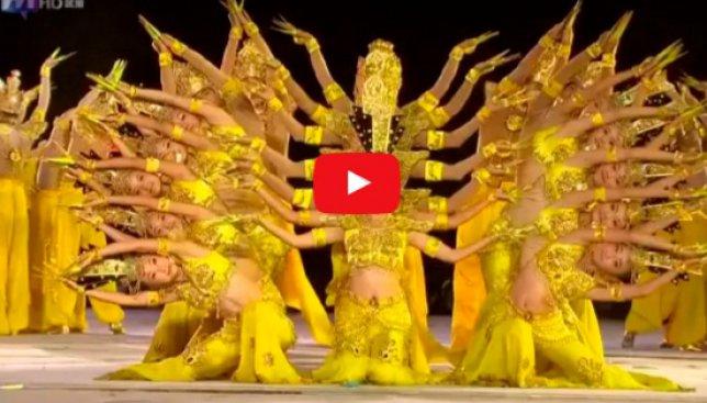 63 лишенные слуха индийские танцовщицы исполняют танец тысячи рук (Видео)
