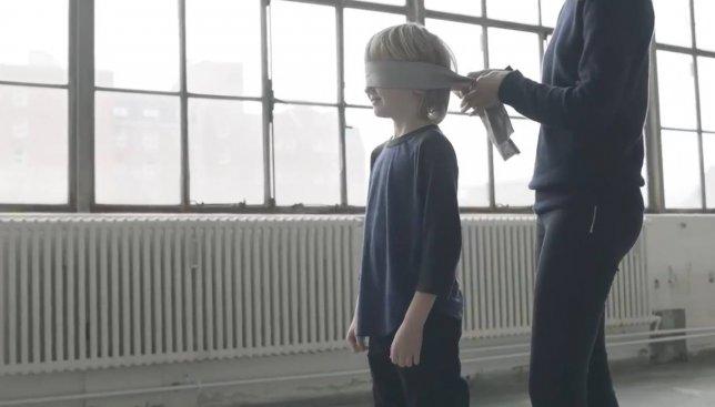 Социальный эксперимент: узнают ли дети маму с завязанными глазами