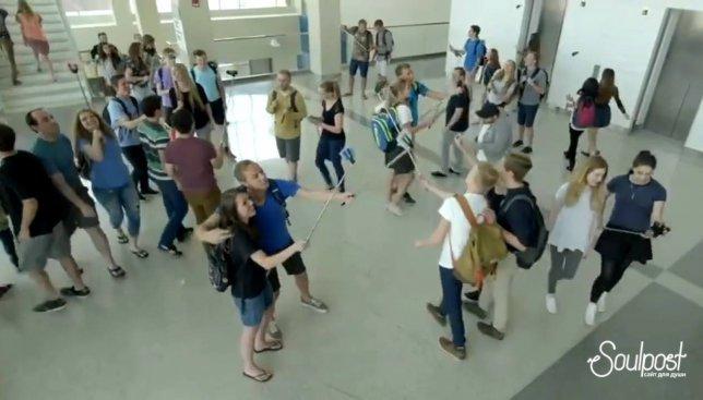 Видео, которое очень точно высмеивает современные тенденции молодежи