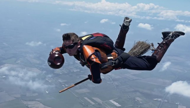 Ко дню Гарри Поттера: парашютисты сняли видео, как они в воздухе играют в квиддич